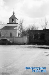 Тарумовка. Справа – храм,  слева – фрагмент строящегося  коммерческого здания