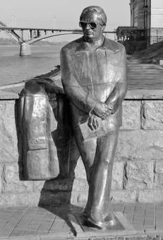 Памятник поэту-песеннику Льву  Ивановичу Ошанину в Рыбинске