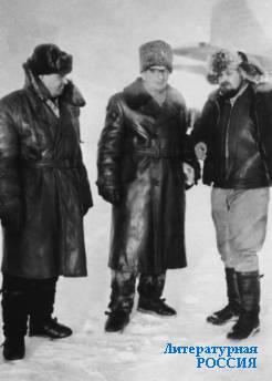 Юлиан Семёнов (крайний справа) на Северном полюсе