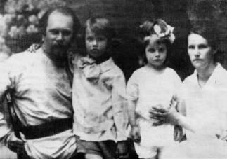 Николай Павлович и Татьяна Николаевна АНЦИФЕРОВЫ  с детьми Сергеем и Татьяной