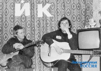 Сергей Рыженко (слева) и Майк Науменко на  квартирном концерте в Гжеле. 1 октября 1985. Из архива Сергея Рыженко