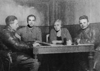 О.Берггольц и Г.Макогоненко (второй слева).  На обороте надпись рукой Берггольц: «Фронт,  Карельский перешеек, сентябрь 1942 г.»