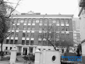 Бывшая школа № 69. Здесь Б.Ш. не учился. Фото автора, 2003