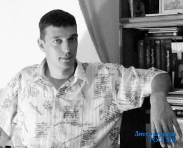 Дмитрий ОРЕХОВ – журналист, драматург, писатель.  Автор романа «Будда из Бенареса», книг  «Серебряный колокол», «Русские святые и  подвижники XX столетия», «Подвиг царской семьи»,  «Святые иконы России» и др. Живёт в Санкт-Петербурге.