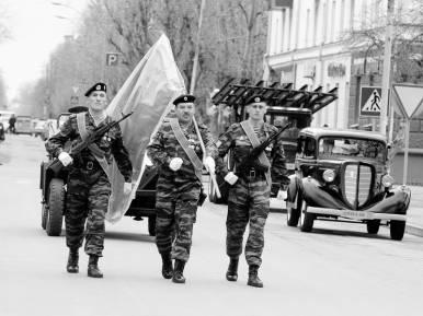 Полковник В.А. Бровкин и знамя Победы. Тюмень. Май 2005 года