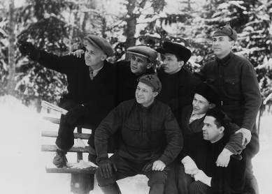 Слушатели Малеевских курсов молодых писателей.  ПОЗДНЯЕВ крайний справа (стоя). 12 февраля 1935 года.