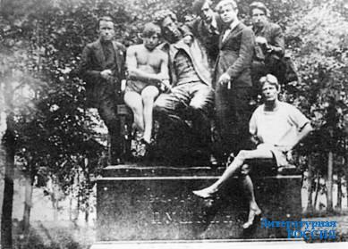 Сергей Есенин и Вольф Эрлих со студентами Сельскохозяйственного института.  Детское (Царское) Село. Июль 1924 года