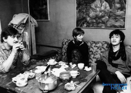 В гостях в мастерской у Виктора Тихомирова Виктор Цой. 1985 год