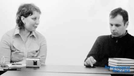 Ведущая вечера Светлана Рахманова и писатель Роман Сенчин