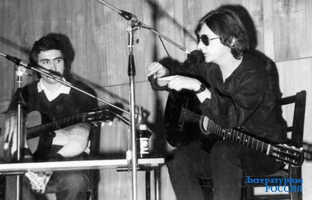 Наиль Кадыров (слева) и Михаил Науменко на концерте  в клубе «Фонограф». Ленинград. 1985год.