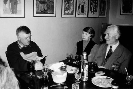 В.Станцев (справа) на творческом вечере В.Сутырина в  поэтическом клубе им. Бродского. Екатеринбург, начало 2000-х гг.