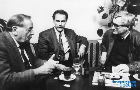 Франц Беккенбауэр (в центре) беседует сразу с двумя писателями –  немцем Ганцем Бликенсдорфером и русским германистом  Юрием Архиповым. Февраль 1989 года.
